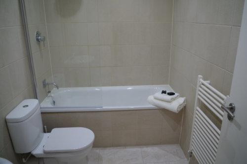 Saint Vincent Street Glasgow Apartments bathroom